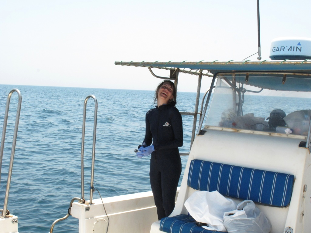 Eva Egelyng Sigsgaard collecting water samples in Al Shaheen (photo: Rafael de la Parra Venegas).